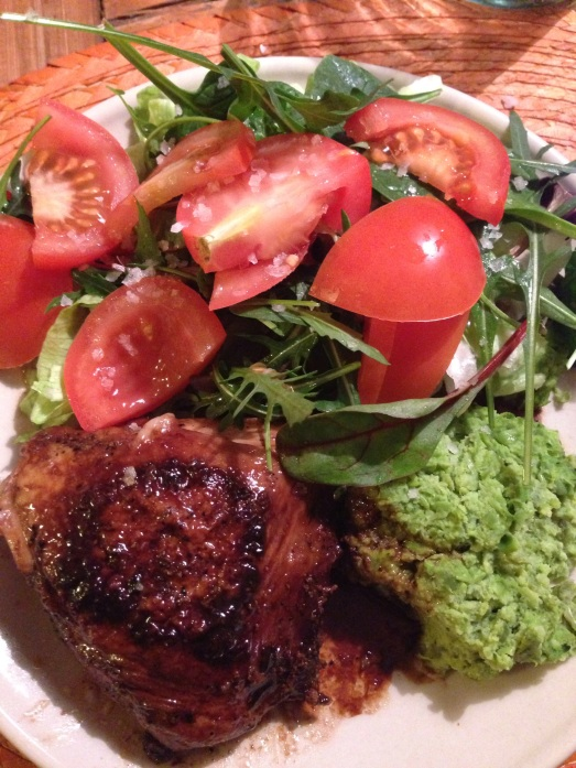 Kyckling, grönärtorspuré, sallad med tomater