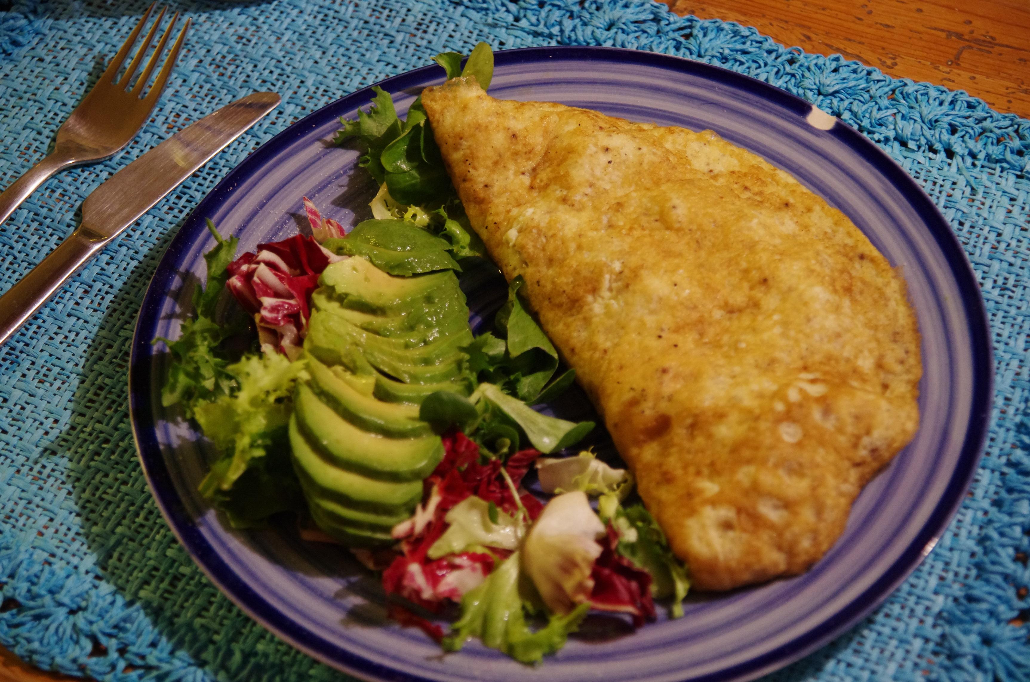 Omelett med lax och lök. Sallad med avokado, rödlök och tomater